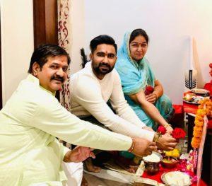 Rahul-Tewatia-with-his-parents